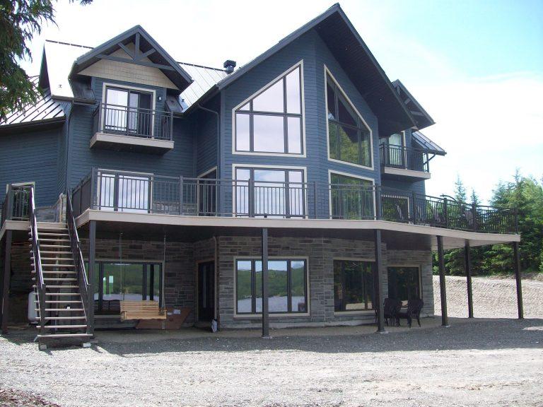 Patio, galerie, balcon en fibre de verre sur mesure, rampe en aluminium, FVR, fibres de verre rioux, installation, livraison, fabrication